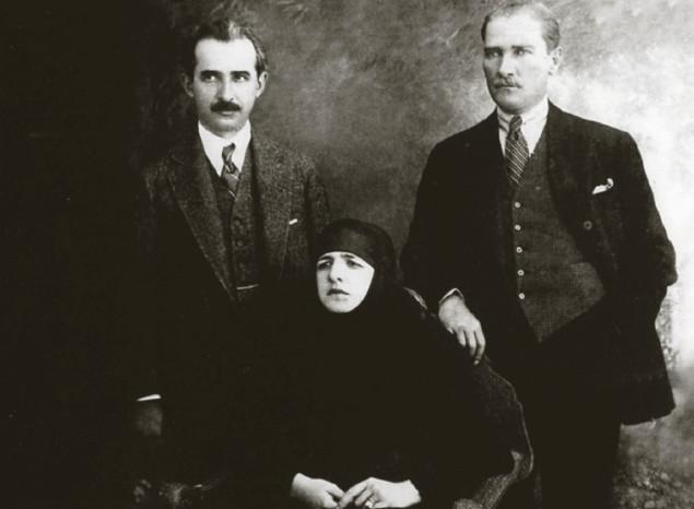 Photo of Mustafa Kemal sa pokrivenom suprugom, prije uvođenja zabrane hidžaba u Turskoj